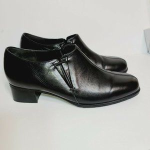 Munro American Black Faux Leather Rubber Bottom
